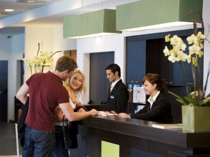 Últimas Vagas: Empresa em Salvador abre 02 vagas para Recepcionista de Hotel – Envie seu currículo!!